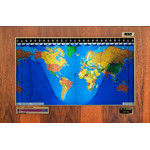 Geochron Original Kilburg wereldkaart, uitvoering in echt hickoryhout, met goudkleurige sierlijst (Engels)