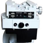 Direkt an der Teleskopaufnahme (Sattelplatte) bietet diese Montierung verschiedene Stromanschlüsse zur Versorgung von Kameras und anderem Zubehör.
