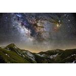 """""""O coração da Galáxia"""": composição de diferentes imagens tiradas num refúgio na montanha em Fargno (1820m). A imagem principal foi tirada com uma Canon 5d Mark III com lente uma 24-70 f / 2,8 a 39 mm de distância focal (exposição 180s., ISO400). Uma câmera Canon 20Da modificada para astronomia foi usada a duas distâncias focais diferentes para a região da nebulosa. Campo amplo a 24 mm, os detalhes de Rho Ophiuchi foram ampliados com uma distância focal de 70 mm. Imagem: Cristian Fattinnanzi."""