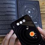 Le carnet de notes est connecté à des informations complémentaires sur l'espace au moyen de la réalité augmentée.